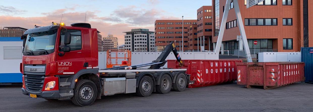 vrachtwagen voor grote afvalcontainers
